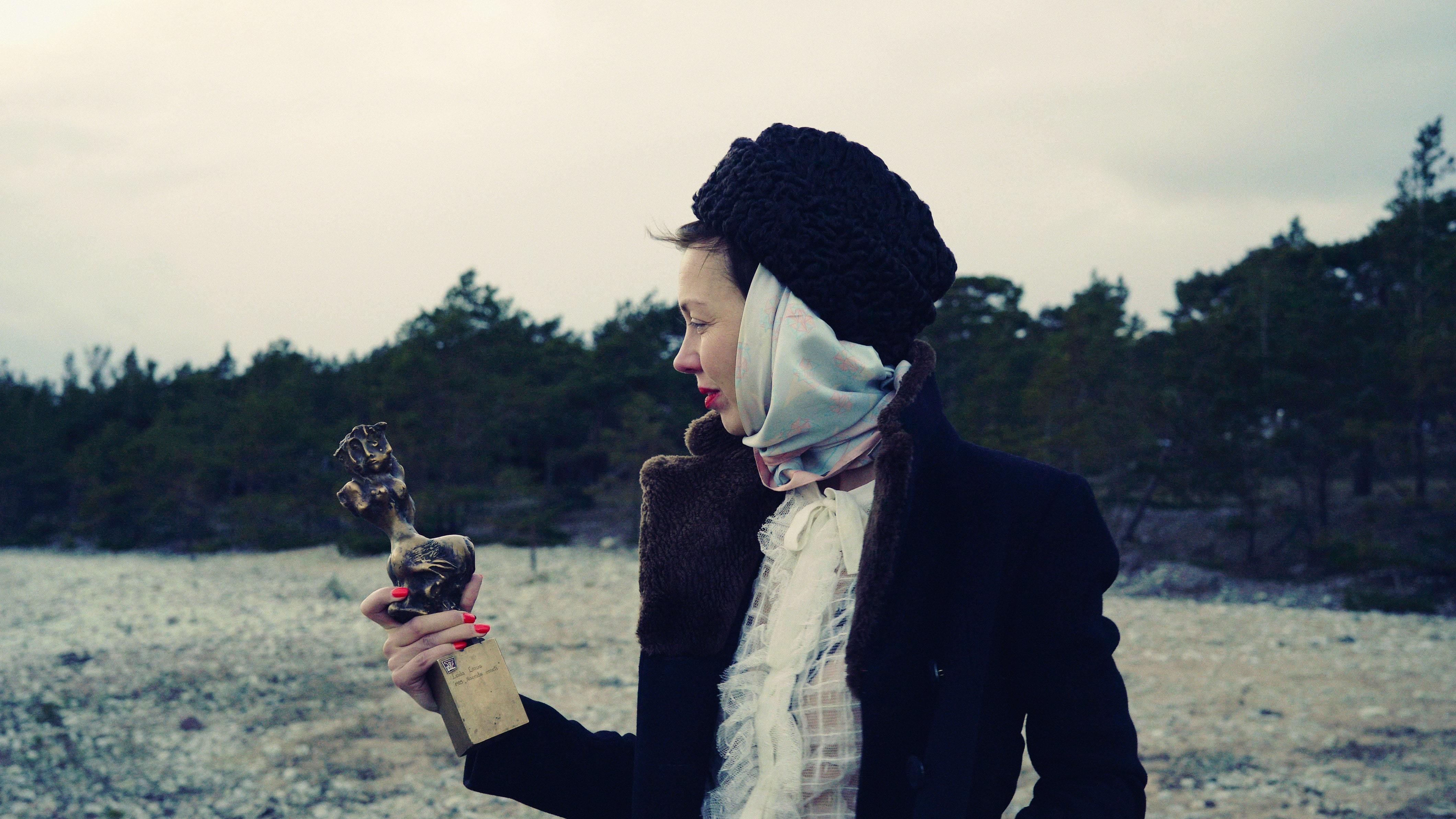 """Katrin Kissa hoiab käes auhinnaskulptuuri """"Igavene tants"""". Foto: NÖFF"""